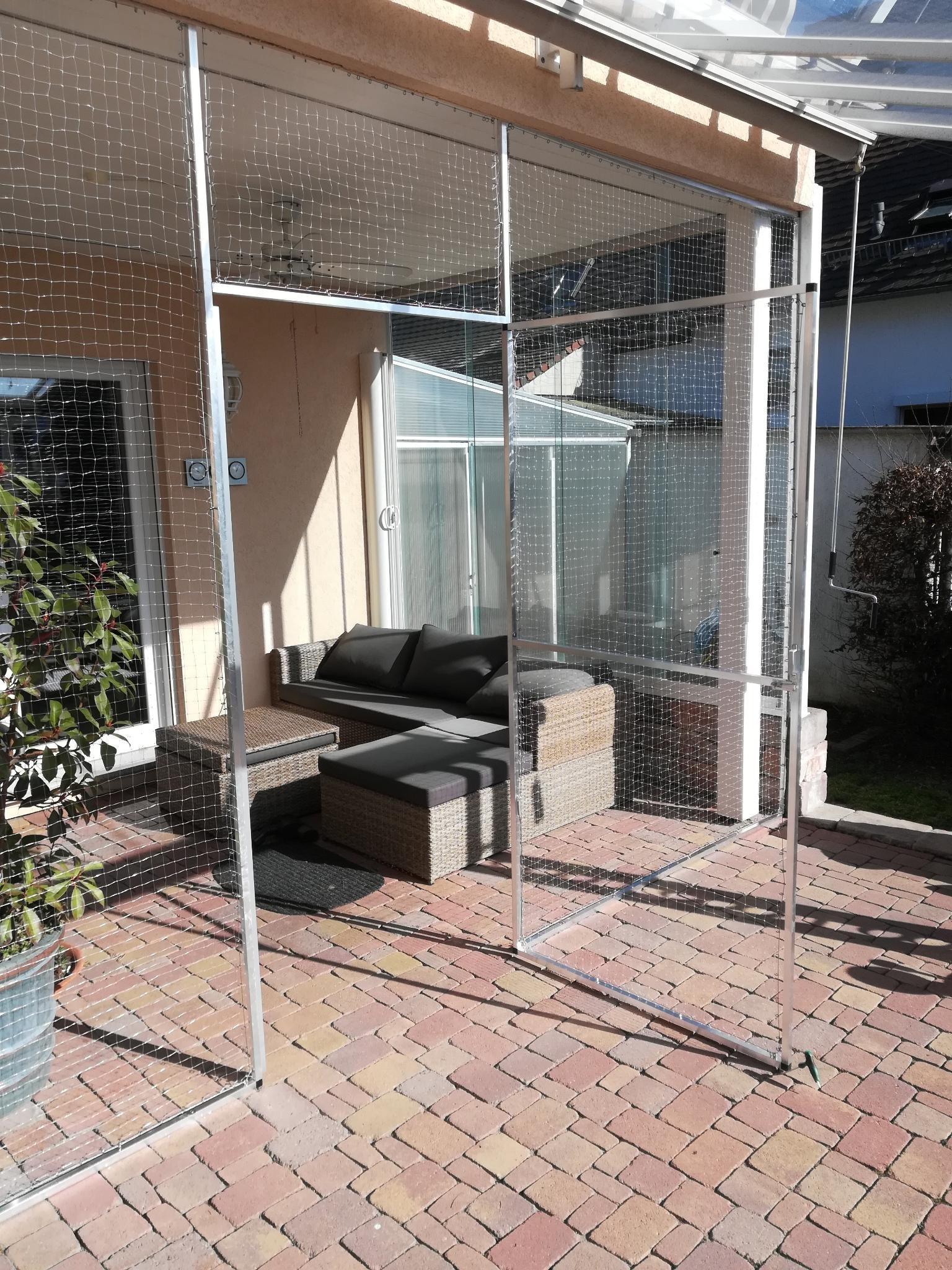 Katzenschutznetz mit offener Tür im Garten