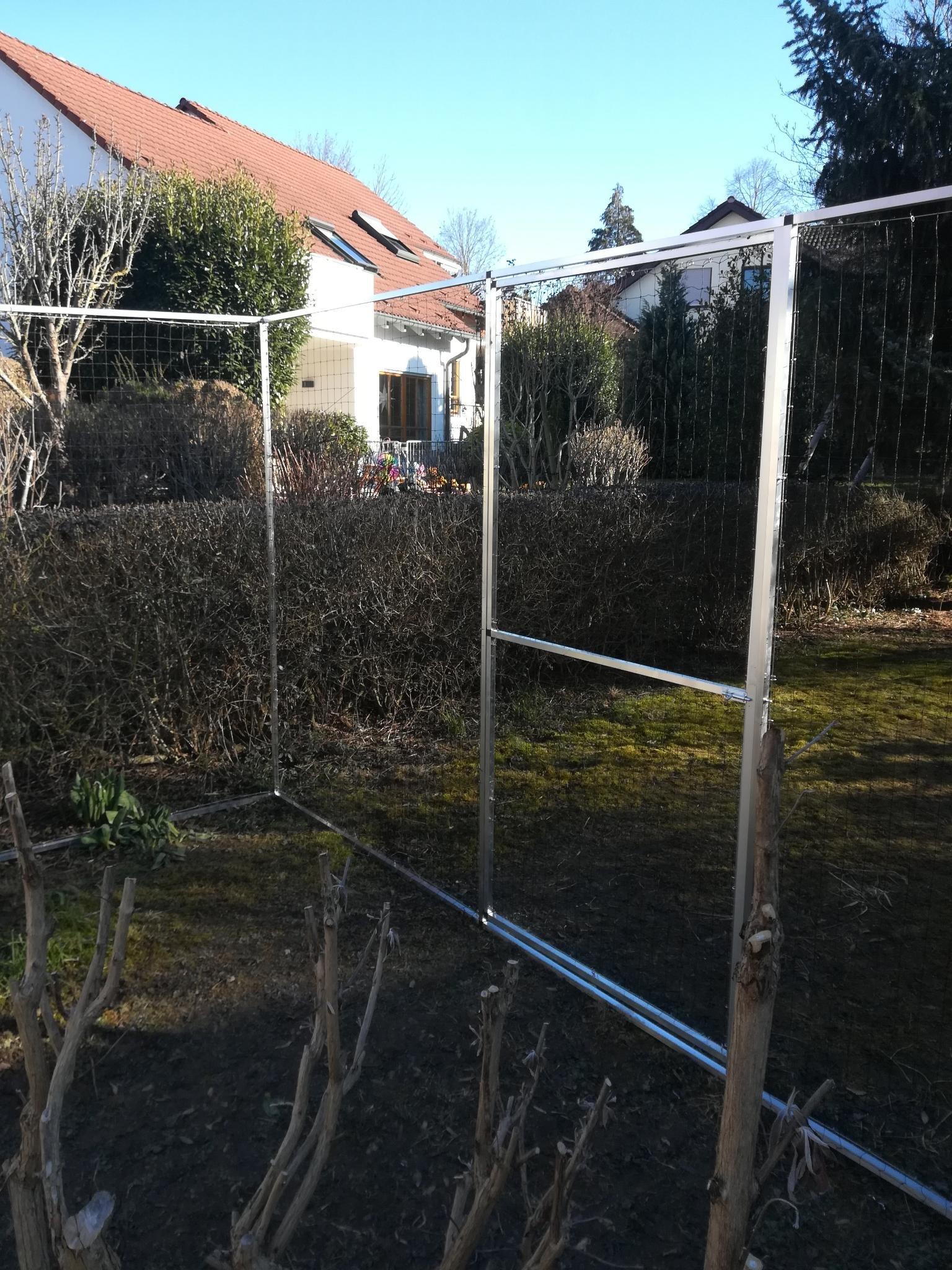 Katzenschutznetz mit Tür im Garten